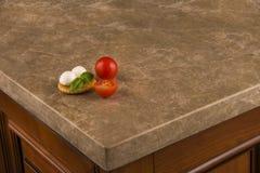 Cozinha luxuosa com a bancada marrom do granito Conceito contrário do granito Fotos de Stock Royalty Free