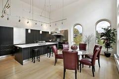 Cozinha luxuosa com cabinetry preto imagem de stock royalty free
