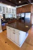 Cozinha luxuosa na madeira escura Foto de Stock Royalty Free