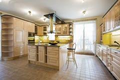Cozinha luxuosa no projeto tradicional imagem de stock royalty free