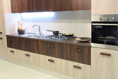 Cozinha marrom moderna e à moda imagens de stock royalty free