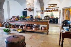 Cozinha medieval velha do castelo com equipamento e decoração fotos de stock