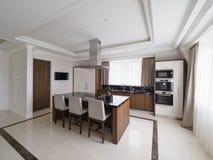 Cozinha minimalista moderna com sala de jantar imagem de stock