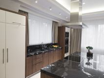 Cozinha minimalista moderna com sala de jantar foto de stock royalty free