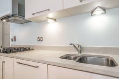 Cozinha moderna brilhante agradável Fotografia de Stock Royalty Free