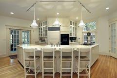 Cozinha moderna com barra de pequeno almoço foto de stock royalty free