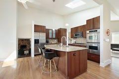 Cozinha moderna com console do granito imagem de stock royalty free