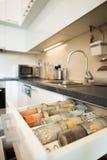 Cozinha moderna com gavetas abertas Imagens de Stock
