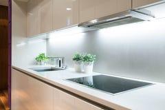 Cozinha moderna com hob da indução imagens de stock