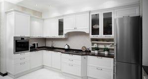 Cozinha moderna com mobília à moda imagem de stock