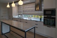 Cozinha moderna com mobília contemporânea foto de stock royalty free