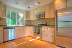 Cozinha moderna com os dispositivos do aço inoxidável Fotografia de Stock Royalty Free