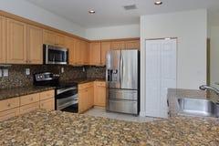 Cozinha moderna com partes superiores contrárias do granito Fotografia de Stock Royalty Free