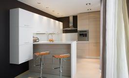 Cozinha moderna com placa Imagem de Stock Royalty Free