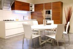 Cozinha moderna com tabela branca imagem de stock royalty free