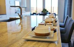Cozinha moderna com uma barra de café da manhã foto de stock royalty free