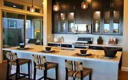 Cozinha moderna com uma barra de café da manhã fotos de stock
