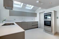 Cozinha moderna contemporânea imagem de stock royalty free