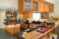 Cozinha moderna do gourmet com pequeno almoço. Foto de Stock Royalty Free