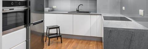 Cozinha moderna e espaçoso Imagens de Stock Royalty Free