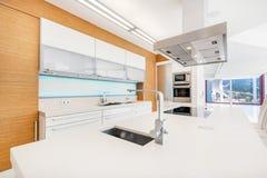 Cozinha moderna e minimalistic Foto de Stock Royalty Free