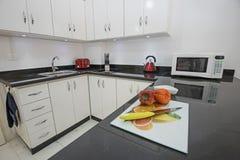 Cozinha moderna em um apartamento luxuoso imagens de stock royalty free