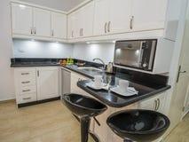 Cozinha moderna em um apartamento luxuoso fotografia de stock royalty free