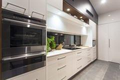 Cozinha moderna iluminada diodo emissor de luz imagem de stock