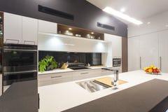 Cozinha moderna iluminada diodo emissor de luz imagem de stock royalty free