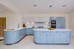 Cozinha moderna impressionante Fotos de Stock Royalty Free