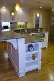 Cozinha moderna luxuoso remodelada imagem de stock