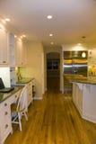 Cozinha moderna luxuoso remodelada foto de stock royalty free