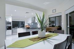 Cozinha moderna na mansão luxuosa Imagem de Stock Royalty Free