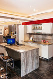Cozinha moderna na mobília específica justa imagens de stock
