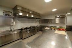 Cozinha moderna no restaurante imagens de stock