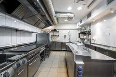 Cozinha moderna no restaurante foto de stock
