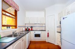 Cozinha moderna pequena fotografia de stock