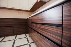 Cozinha moderna pequena na cor do bbrown fotos de stock