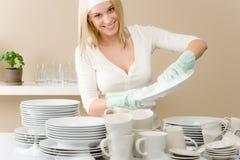 Cozinha moderna - pratos de lavagem da mulher feliz foto de stock royalty free