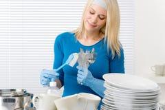 Cozinha moderna - pratos de lavagem da mulher feliz imagem de stock