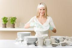 Cozinha moderna - pratos de lavagem da mulher feliz foto de stock