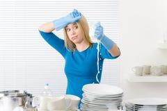 Cozinha moderna - pratos de lavagem da mulher frustrante fotografia de stock royalty free