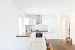 Cozinha moderna, tabela de jantar Foto de Stock Royalty Free