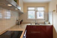 Cozinha moderna vermelha com dispositivos novos Imagens de Stock