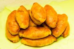 Cozinha nacional saboroso do alimento do rissol das tortas de Pirogi cozida foto de stock royalty free