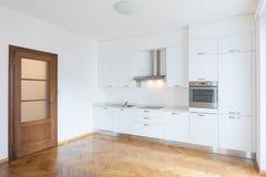 Cozinha no espaço aberto recentemente renovado com assoalhos de madeira fotos de stock royalty free