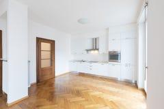 Cozinha no espaço aberto recentemente renovado com assoalhos de madeira imagens de stock royalty free
