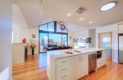 Cozinha Open-Plan moderna luxuoso Imagem de Stock