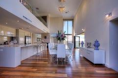 Cozinha Open-Plan moderna luxuoso Foto de Stock