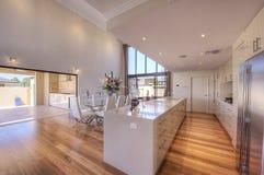 Cozinha Open-Plan moderna luxuoso Imagem de Stock Royalty Free
